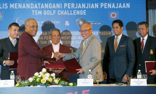 SHAH ALAM, 17 Sept -- Timbalan Perdana Menteri yang juga Pengasas Tan Sri Muhyiddin Golf Amal (TSMCG), Tan Sri Muhyiddin Mohd Yassin (tiga, kiri) bersama Menteri Belia dan Sukan Khairy Jamaluddin Abu Bakar (dua, kanan) menyaksikan pemeteraian perjanjian persefahaman penajaan TSM Golf Challenge di sini hari ini. Kelihatan Presiden TSMCG Tan Sri Megat Najmuddin Dr Megat Khas (dua, kiri) dan Pengerusi Eksekutif Proton Tan Sri Mohd Khamil Jamil (tiga, kanan) bertukar-tukar dokumen selepas menandatangani perjanjian berkenaan.  Turut menandatangani perjanjian sebagai penaja ialah Pengurus Kanan Asian Tour International Ltd Irfan Hamid (kiri) dan Presiden Persatuan Golf Malaysia Tan Sri Anwar Mohd Nor (kanan). --fotoBERNAMA (2013) HAKCIPTA TERPELIHARA